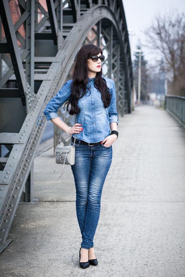 Bild: Streetstyle, Double Demin, Outfit, OOTD, Lookbook, Jeans All Over Look, Mini Mac, Blue Jeans, Perlenarmband, Charm, Sunglasses, Fashion, Fashionblogger, Hannover,