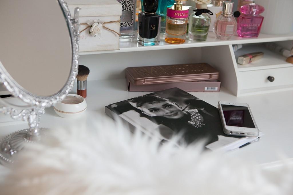 Bild Home, Dekoration, Interieur, Interior, sweet Home, Ankleidezimmer, begehbarer Kleiderschrank, Inneneinrichtung, Wohnungseinrichtung, Romtour, Blogger, Fashionblogger, Hannover, Wohnen, Living, Schuhregal, Taschenregal, Kleiderstange, , Dekoration, Inspiration, Parfum, Flowerbomb, Candy, Beautyblogger